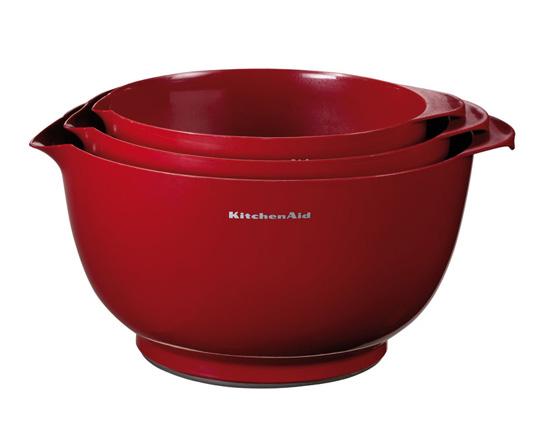Набор чаш для смешивания, 3 шт., KG175ER, KitchenAidКухонные инструменты<br>Подготовка и смешивание ингредиентов &amp;ndash; неотъемлемый этап приготовления многих блюд. Чаши для смешивания KitchenAid отлично подходят для смешивания сухих и жидких продуктов, для замешивания теста, взбивания яиц и сливок. Чаши имеют специальный носик для удобного переливания жидкостей. Нескользящее устойчивое основание надежно закрепит чаши на любой поверхности. В комплекте 3 чаши объёмом 2,3 л, 3,3 л и 4,2 л.&#13;<br>Функциональные&amp;nbsp;и прочные, кухонные аксессуары от KitchenAid станут для вас верными помощниками. Торговая марка KitchenAid предлагает вам большой выбор кухонных аксессуаров, в числе которых - разнообразные лопатки, овощечистки, венчики, консервные ножи и т.п. Великолепный комплект, состоящий из ультрасовременных профессиональных гаджетов, будет прекрасным дополнительным аккордом для планетарного миксера Китченэйд.&#13;<br>Каждый стальной/силиконовый аксессуар разработан для неутомимых энтузиастов кулинарии и творчества, стремящихся достичь в своем деле идеального результата. Оригинальный дизайн утвари и приспособлений полностью отвечает стилистике всей линейки бытовой техники от KitchenAid. Практичные аксессуары изготавливают из нержавеющей стали и покрывают их жаростойким силиконом, выдерживающим температуру до +260&amp;deg; С. Аксессуары из силикона &amp;ndash; наилучшее решение для кухни, ведь они подходят для посуды любого вида, в том числе &amp;ndash; для антипригарной.<br>