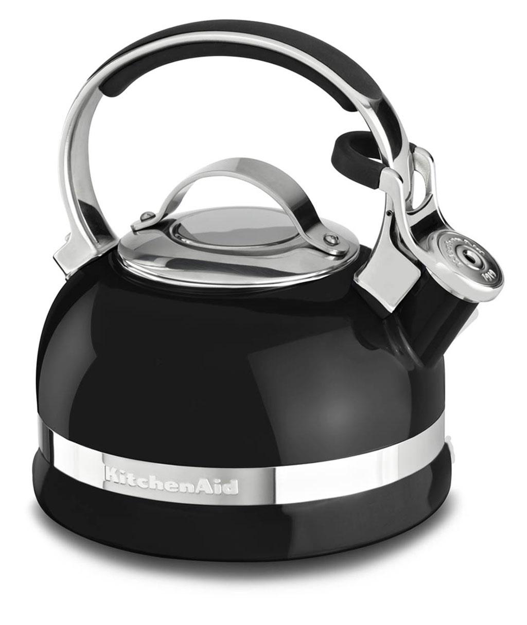 Чайник наплитный классический со свистком 1,89 л, черный, KTEN20SBOB, KitchenAidНаплитные чайники 1,89 л. <br>Наплитный чайник – это классика, которая никогда не выйдет из моды. Возможно, электрический чайник вскипятит воду быстрее, но он никогда не вызовет у вас это чувство доброй ностальгии по беззаботному детству. Не напомнит о бабулиных блинчиках с клубничным вареньем, о разговорах с родителями воскресным утром за неспешным чаепитием. Наплитному чайнику всегда найдётся место на вашей кухне!&#13;<br>Для ценителей этой тёплой традиции – чаепития из настоящего чайника, компания KitchenAid приготовила новинку – эффектный наплитный чайник со свистком!&#13;<br>&#13;<br>С помощью наплитного чайника KitchenAid вы сможете вскипятить воду для любимого чая, для утренней каши, приготовить кофе во френч-прессе или методом пуровер.&#13;<br>Сверкающая цветная эмаль, которой покрыт чайник, устойчива к механическим повреждениям, не царапается и не тускнеет.&#13;<br>Крышка чайника легко снимается, благодаря чему его удобно наполнять и мыть.&#13;<br>Фирменная расцветка KitchenAid сделает ваш новый чайник не просто бытовым прибором, а настоящим украшением кухни!&#13;<br>Благодаря громкому свистку, чайник может стать удачным подарком для человека в возрасте: закипание воды не останется незамеченным и чайник будет вовремя снят с плиты.&#13;<br>Прочная ручка из нержавеющей стали покрыта нескользящими и ненагревающимися накладками, которые обеспечивают надёжный и безопасный захват чайника.&#13;<br>С помощью специального рычажка крышка носика приподнимается для удобного наливания воды – без разбрызгивания.&#13;<br>Чайник подходит для использования на индукционных плитах.&#13;<br><br>