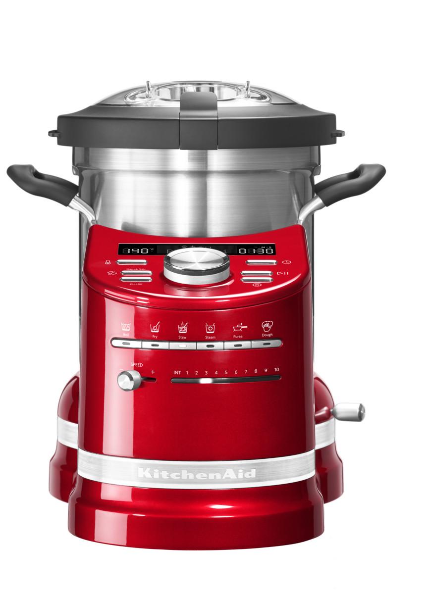 Процессор кулинарный Artisan, объем 4.5л, красный, 5KCF0103EER, KitchenAidКулинарные процессоры<br>Кухонный процессор KitchenAid в корне изменит ваше отношение к приготовлению пищи!&#13;<br>Приготовление обедов или ужинов для большой семьи, готовка блюд со сложной рецептурой теперь не составит никакого труда! Кухонный процессор KitchenAid, в котором удачно объединились функции кухонного комбайна и мультиварки, не только сэкономит время, которое всегда в дефиците, но и раскроет перед вами невиданные прежде кулинарные горизонты.&#13;<br>Работающие хозяйки, приходя домой, больше не будут делать выбор – посвятить вечер готовке или же уделить время семье. Забудьте о полуфабрикатах, ведь теперь у вас есть верный помощник, который превратит готовку не в обязанность, а в удовольствие! Выберите рецепт, загрузите продукты и спокойно займитесь другими делами.&#13;<br>Уникальный кухонный прибор «всё в одном»&#13;<br>&#13;<br>Кухонный процессор KitchenAid может сравниться с талантливым шеф-поваром: он умеет измельчать, нарезать, смешивать, взбивать, эмульгировать. Кроме того, он замешивает тесто, готовит на пару, варит, жарит и тушит.&#13;<br>Шесть предустановленных режимов и набор насадок кухонного процессора заменяют по меньшей мере 4 бытовых прибора!&#13;<br>&#13;<br>Простое и понятное управление&#13;<br>&#13;<br>Любой, даже самый сложный многошаговый рецепт готовится с помощью нескольких касаний кнопок! Установка программы под силу даже кулинару-новичку.&#13;<br>Кулинарная книга с множеством восхитительных рецептов и приложение для смартфонов сделают ваше путешествие в мир высокой кухни еще более увлекательным.&#13;<br>Выбранная программа автоматически устанавливает температуру и время готовки.&#13;<br>Опытные повара могут использовать ручное управление для приготовления своих коронных блюд.&#13;<br>&#13;<br>Алюминиевый нагревательный элемент&#13;<br>&#13;<br>Массивная нагревательная панель нагревается до 140°С, равномерно распределяя тепло по поверхности.&#13;<br>При добавл