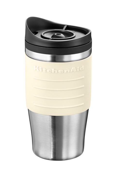 Термокружка для персональной кофеварки, кремовая, 5KCM0402TMAC KitchenAidПерсональные кофеварки<br>Дома, в офисе, в дороге термокружка KitchenAid сохранит ваш кофе горячим, не позволяя испариться восхитительному аромату.&#13;<br>&#13;<br>Покрыта мягкимнескользящим материалом&#13;<br>Имеет двойной корпус, прекрасно удерживающий тепло:&#13;<br>&#13;<br>- внешняя стенка – из матовой нержавеющей стали,&#13;<br>- внутренняя часть – из прочного безопасного пластика.&#13;<br>&#13;<br>Эргономичная крышка не позволяет жидкости проливаться, когда вы пьете.&#13;<br>Совместима с персональной кофеваркой KitchenAid5KCM0402TM&#13;<br>Объем 540 мл.&#13;<br>Не предназначена для мытья в посудомоечной машине.&#13;<br>&#13;<br>Обратите внимение! Полную кружку необходимо держать в вертикальном положении, т.к. крышка не герметична.&#13;<br><br>