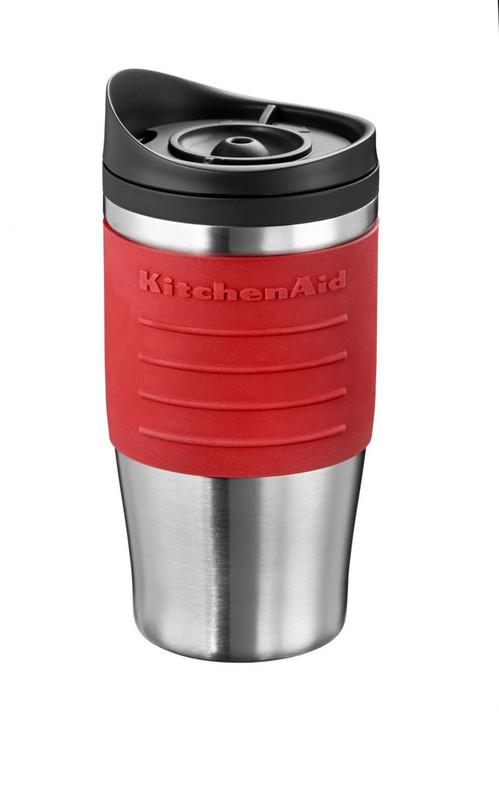 Термокружка для персональной кофеварки, красная, 5KCM0402TMER KitchenAidПерсональные кофеварки<br>Дома, в офисе, в дороге термокружка KitchenAid сохранит ваш кофе горячим, не позволяя испариться восхитительному аромату.&#13;<br>&#13;<br>Покрыта мягкимнескользящим материалом&#13;<br>Имеет двойной корпус, прекрасно удерживающий тепло:&#13;<br>&#13;<br>- внешняя стенка – из матовой нержавеющей стали,&#13;<br>- внутренняя часть – из прочного безопасного пластика.&#13;<br>&#13;<br>Эргономичная крышка не позволяет жидкости проливаться, когда вы пьете.&#13;<br>Совместима с персональной кофеваркой KitchenAid5KCM0402TM&#13;<br>Объем 540 мл.&#13;<br>Не предназначена для мытья в посудомоечной машине.&#13;<br>&#13;<br>Обратите внимение! Полную кружку необходимо держать в вертикальном положении, т.к. крышка не герметична.&#13;<br><br>