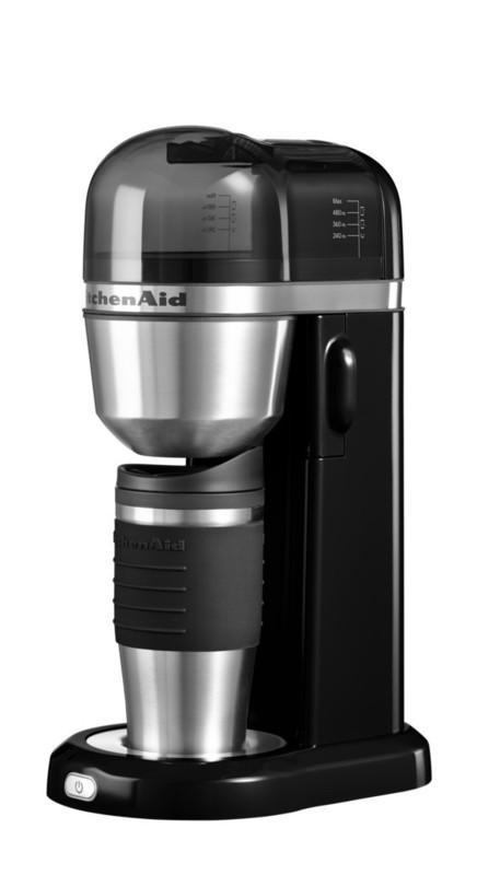 Кофеварка персональная, черная, 5KCM0402EOB, KitchenAidПерсональные кофеварки<br>Персональная кофеварка KitchenAid – это выгодное приобретение 2-в-1. Кроме кофеварки, которая приготовит вам чашку вашего любимого крепкого, благоухающего напитка, вы получаете стильную термокружку, которая позволит насладиться им где угодно и когда угодно!&#13;<br>Элегантная, функциональная и практичная, она не оставит равнодушным ни одного любителя кофе. Компактные размеры делают кофеварку KitchenAid находкой для обладателя небольшой кухни или для того, кто хочет пить вкусный кофе в офисе!&#13;<br>Характеристики:&#13;<br>&#13;<br>Кружка-термос объёмом 540 мл&#13;<br>Съёмная ёмкость для воды объёмом 1 л&#13;<br>Съёмный стационарный фильтр – нет необходимости в покупке бумажных фильтров для кофе&#13;<br>Электронная система контроля температуры для достижения максимальной экстракции молотого кофе&#13;<br>&#13;<br>Свежая вода, свежемолотый кофе, одно нажатие кнопки – и замечательный ароматный кофе готов! Вкуснее и проще не бывает!<br>