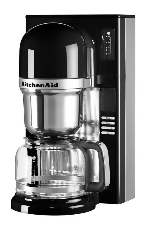 Кофеварка пуровер, черная, 5KCM0802EOB, KitchenAidКофеварки капельные пуровер <br>Капельная кофеварка-пуровер KitchenAid гармонично сочетает в себе преимущества ручного заваривания кофе методом пуровер и возможности традиционных автоматических кофеварок. &#13;<br>Для тех, кто ещё не успел овладеть трендовой техникой заваривания кофе пуровер вручную, для тех, у кого не хватает времени на весь процесс, но есть желание получить волшебный результат – KitchenAid предлагает полностью автоматизированную систему заваривания для неизменно вкусного и бодрящего напитка!&#13;<br>Особенности:&#13;<br>&#13;<br>Стеклянный кувшин объёмом 1,18 л&#13;<br>Возможность выбора количества чашек (от 2 до 8)&#13;<br>Предварительный нагрев кувшина и подогрев в течение 30 минут после окончания приготовления&#13;<br>Возможность приготовления эспрессо с пенкой крем?&#13;<br>Дисплей с индикатором состояния, указывающий каждый этап приготовления (от нагрева воды до настаивания готового кофе)&#13;<br>Функция отложенного старта позволит вам просыпаться не от звука будильника, а от аромата свежеприготовленного кофе&#13;<br>Подача воды в импульсном режиме для контроля экстракции и раскрытия аромата молотых зёрен&#13;<br>Подогрев всего объёма воды до оптимальной температуры&#13;<br>Возможность настройки выбора светлой или тёмной обжарки, в зависимости от обжарки зёрен, которые вы используете&#13;<br>Сетку для кофе, графин и зажим для фильтра можно мыть в посудомоечной машине&#13;<br>Четыре стильных эффектных цвета для любой кухни и любого настроения&#13;<br>&#13;<br>Чем отличается кофеварка пуровер от обычных капельных кофеварок?&#13;<br>В обычной капельной кофеварке коническая корзинка с кофе заполняется большим количеством воды, затем вода просачивается через кофе и готовый напиток стекает в кувшин, в результате экстракция получается неполной.&#13;<br>В кофеварке пуровер горячая вода смачивает кофе непрерывной тонкой струйкой, молотый кофе тщтельно смачивается и впитывает воду, при этом вытесняется 