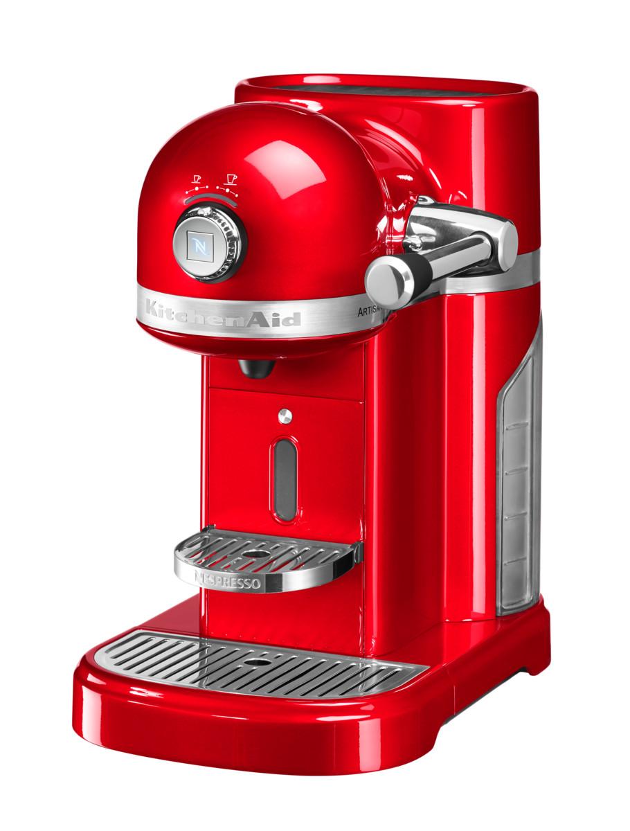 Кофеварка капсульная Artisan Nespresso, красная, 5KES0503EER, KitchenAidКофемашины Nespresso<br>Капсульная кофеварка Artisan Nespresso сочетает в себе легендарный дизайн экстра-класса от KitchenAid и инновационную технологию (система высокого давления 19 бар), гарантирующую ни с чем не сравнимое качество кофе от Nespresso!&#13;<br>Кофе в капсулах Nespresso находится на пике популярности с момента своего появления. Качественный молотый кофе с лучших плантаций Бразилии, Америки и Африки тщательно подготовленный к приготовлению, высоко оценивается кофейными экспертами с мировым именем.&#13;<br>Особенности и преимущества:&#13;<br>&#13;<br>Кофеварка оснащена мощным нагревательным элементом из нержавеющей стали, поэтому требуется всего 25 секунд, чтобы вода в резервуаре достигла оптимальной температуры.&#13;<br>Насос высокого давления (19 бар) извлекает из кофейной капсулы максимум вкуса и аромата и создаёт плотную, высокую пенку «крем?» - первый признак отличного эспрессо.&#13;<br>Встроенный резервуар для воды объёмом 1,4 литра позволяет приготовить вкусный, ароматный кофе для большой компании.&#13;<br>Кофеварка имеет переключатель выбора объёма чашки, который позволяет выбрать 1 из 6 имеющихся вариантов – 25, 40, 60, 90, 110, 130 мл. Исходя из ваших предпочтений кофеварка программирует и сохраняет часто используемый вами вариант.&#13;<br>Автоматическое отключение после завершения цикла приготовления.&#13;<br>Для удобства использования кофеварка оборудована встроенным выдвижным лотком для сбора воды, а также поддоном для чашек.&#13;<br>Цельнометаллический корпус не боится физического воздействия, царапин, пятен.&#13;<br>Доступна в 6 фирменных цветах KitchenAid: красный, карамельное яблоко, кремовый, морозный жемчуг, серебряный медальон, чёрный.&#13;<br>&#13;<br>Дополнительные функции:&#13;<br>Автономный сборный резервуар кофемашины Nespresso отделяет до 14 использованных капсул от остатков воды для оптимальной их утилизации.<br>