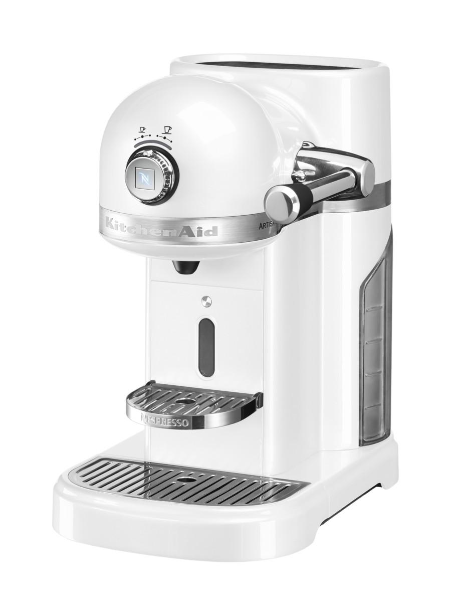 Кофеварка капсульная Artisan Nespresso, морозный жемчуг, 5KES0503EFP, KitchenAidКофемашины Nespresso<br>Капсульная кофеварка Artisan Nespresso сочетает в себе легендарный дизайн экстра-класса от KitchenAid и инновационную технологию (система высокого давления 19 бар), гарантирующую ни с чем не сравнимое качество кофе от Nespresso!&#13;<br>Кофе в капсулах Nespresso находится на пике популярности с момента своего появления. Качественный молотый кофе с лучших плантаций Бразилии, Америки и Африки тщательно подготовленный к приготовлению, высоко оценивается кофейными экспертами с мировым именем.&#13;<br>Особенности и преимущества:&#13;<br>&#13;<br>Кофеварка оснащена мощным нагревательным элементом из нержавеющей стали, поэтому требуется всего 25 секунд, чтобы вода в резервуаре достигла оптимальной температуры.&#13;<br>Насос высокого давления (19 бар) извлекает из кофейной капсулы максимум вкуса и аромата и создаёт плотную, высокую пенку «крем?» - первый признак отличного эспрессо.&#13;<br>Встроенный резервуар для воды объёмом 1,4 литра позволяет приготовить вкусный, ароматный кофе для большой компании.&#13;<br>Кофеварка имеет переключатель выбора объёма чашки, который позволяет выбрать 1 из 6 имеющихся вариантов – 25, 40, 60, 90, 110, 130 мл. Исходя из ваших предпочтений кофеварка программирует и сохраняет часто используемый вами вариант.&#13;<br>Автоматическое отключение после завершения цикла приготовления.&#13;<br>Для удобства использования кофеварка оборудована встроенным выдвижным лотком для сбора воды, а также поддоном для чашек.&#13;<br>Цельнометаллический корпус не боится физического воздействия, царапин, пятен.&#13;<br>Доступна в 6 фирменных цветах KitchenAid: красный, карамельное яблоко, кремовый, морозный жемчуг, серебряный медальон, чёрный.&#13;<br>&#13;<br>Дополнительные функции:&#13;<br>Автономный сборный резервуар кофемашины Nespresso отделяет до 14 использованных капсул от остатков воды для оптимальной их утилизации.<br>