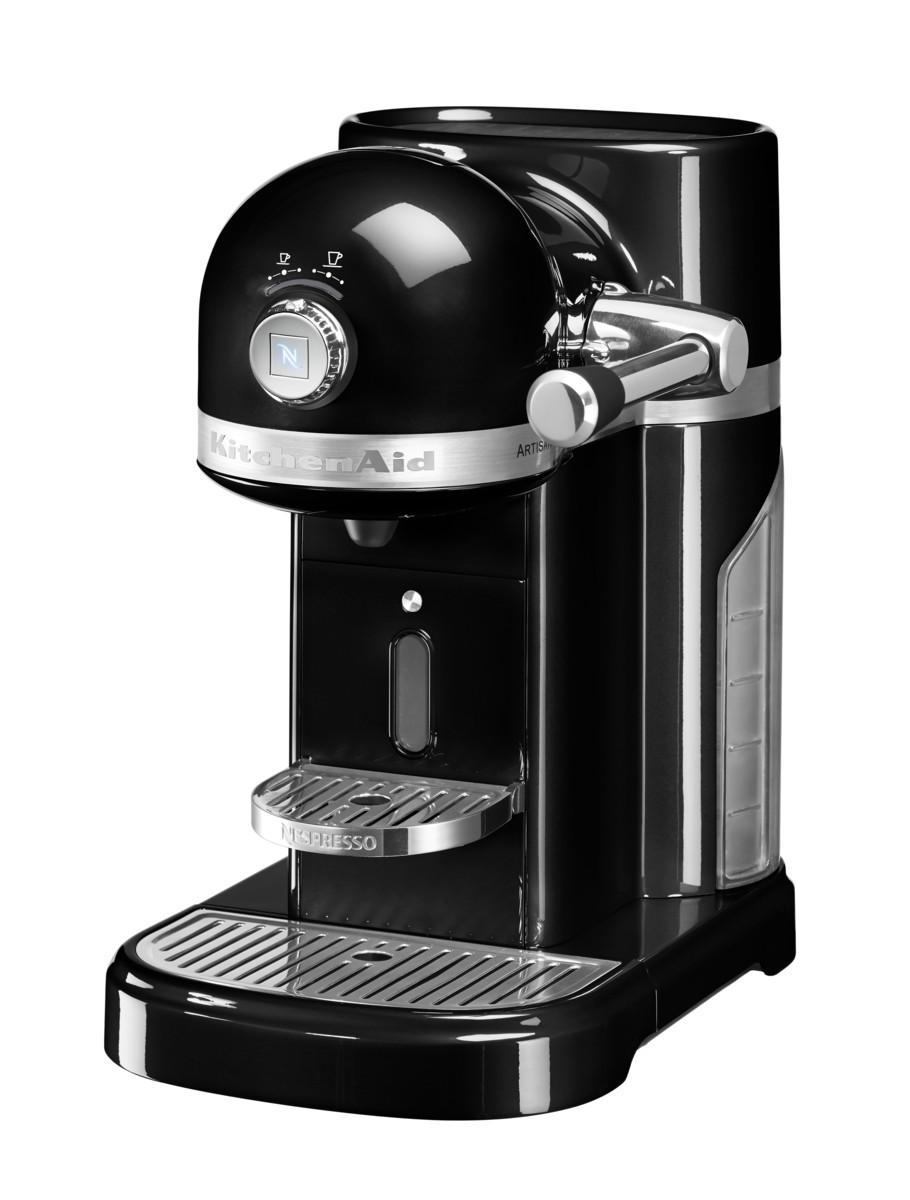 Кофеварка капсульная Artisan Nespresso, черная, 5KES0503EOB, KitchenAidКофемашины Nespresso<br>Капсульная кофеварка Artisan Nespresso сочетает в себе легендарный дизайн экстра-класса от KitchenAid и инновационную технологию (система высокого давления 19 бар), гарантирующую ни с чем не сравнимое качество кофе от Nespresso!&#13;<br>Кофе в капсулах Nespresso находится на пике популярности с момента своего появления. Качественный молотый кофе с лучших плантаций Бразилии, Америки и Африки тщательно подготовленный к приготовлению, высоко оценивается кофейными экспертами с мировым именем.&#13;<br>Особенности и преимущества:&#13;<br>&#13;<br>Кофеварка оснащена мощным нагревательным элементом из нержавеющей стали, поэтому требуется всего 25 секунд, чтобы вода в резервуаре достигла оптимальной температуры.&#13;<br>Насос высокого давления (19 бар) извлекает из кофейной капсулы максимум вкуса и аромата и создаёт плотную, высокую пенку «крем?» - первый признак отличного эспрессо.&#13;<br>Встроенный резервуар для воды объёмом 1,4 литра позволяет приготовить вкусный, ароматный кофе для большой компании.&#13;<br>Кофеварка имеет переключатель выбора объёма чашки, который позволяет выбрать 1 из 6 имеющихся вариантов – 25, 40, 60, 90, 110, 130 мл. Исходя из ваших предпочтений кофеварка программирует и сохраняет часто используемый вами вариант.&#13;<br>Автоматическое отключение после завершения цикла приготовления.&#13;<br>Для удобства использования кофеварка оборудована встроенным выдвижным лотком для сбора воды, а также поддоном для чашек.&#13;<br>Цельнометаллический корпус не боится физического воздействия, царапин, пятен.&#13;<br>Доступна в 6 фирменных цветах KitchenAid: красный, карамельное яблоко, кремовый, морозный жемчуг, серебряный медальон, чёрный.&#13;<br>&#13;<br>Дополнительные функции:&#13;<br>Автономный сборный резервуар кофемашины Nespresso отделяет до 14 использованных капсул от остатков воды для оптимальной их утилизации.<br>