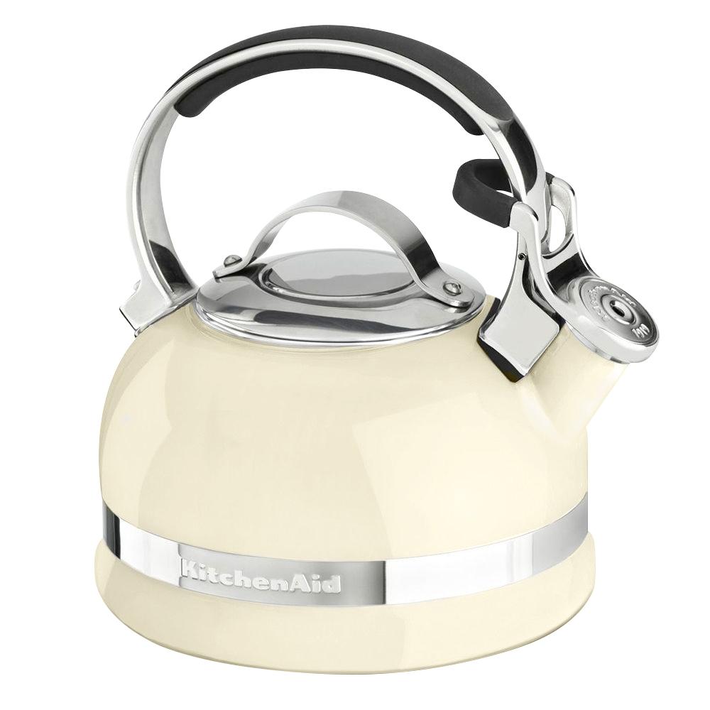 Чайник наплитный классический со свистком 1,89 л, кремовый, KTEN20SBAC, KitchenAidНаплитные чайники 1,89 л. <br>Наплитный чайник – это классика, которая никогда не выйдет из моды. Возможно, электрический чайник вскипятит воду быстрее, но он никогда не вызовет у вас это чувство доброй ностальгии по беззаботному детству. Не напомнит о бабулиных блинчиках с клубничным вареньем, о разговорах с родителями воскресным утром за неспешным чаепитием. Наплитному чайнику всегда найдётся место на вашей кухне!&#13;<br>Для ценителей этой тёплой традиции – чаепития из настоящего чайника, компания KitchenAid приготовила новинку – эффектный наплитный чайник со свистком!&#13;<br>&#13;<br>С помощью наплитного чайника KitchenAid вы сможете вскипятить воду для любимого чая, для утренней каши, приготовить кофе во френч-прессе или методом пуровер.&#13;<br>Сверкающая цветная эмаль, которой покрыт чайник, устойчива к механическим повреждениям, не царапается и не тускнеет.&#13;<br>Крышка чайника легко снимается, благодаря чему его удобно наполнять и мыть.&#13;<br>Фирменная расцветка KitchenAid сделает ваш новый чайник не просто бытовым прибором, а настоящим украшением кухни!&#13;<br>Благодаря громкому свистку, чайник может стать удачным подарком для человека в возрасте: закипание воды не останется незамеченным и чайник будет вовремя снят с плиты.&#13;<br>Прочная ручка из нержавеющей стали покрыта нескользящими и ненагревающимися накладками, которые обеспечивают надёжный и безопасный захват чайника.&#13;<br>С помощью специального рычажка крышка носика приподнимается для удобного наливания воды – без разбрызгивания.&#13;<br>Чайник подходит для использования на индукционных плитах.&#13;<br><br>