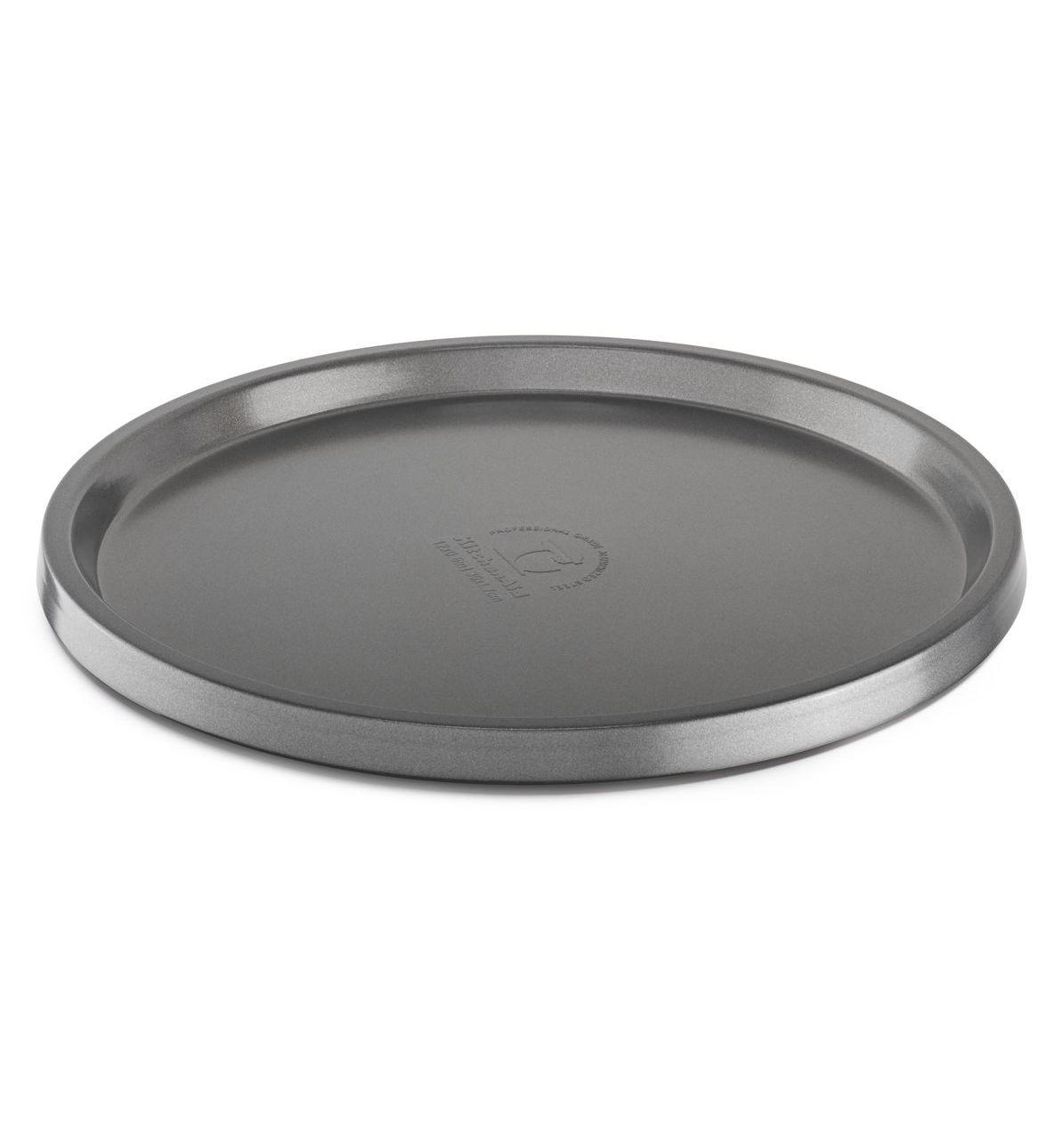 Противень для пиццы, круглый, 30 см, с антипригарным покрытием, KBNSO12TZ, KitchenAidФормы для выпечки<br>УЖЕ В ПРОДАЖЕ!&#13;<br>Новая коллекция форм для выпечки KitchenAid, созданная при участии признанных шеф-поваров международного класса, призвана сделать процесс создания печеных десертов и блюд из духовки еще более приятным и творческим. Пироги и кексы, хлеб и пицца, печенье и пирожные &amp;ndash; вы получите непередаваемое удовольствие от каждого ароматного и аппетитного кусочка!&#13;<br>Прочные, надёжные, массивные формы для выпечки KitchenAid изготавливаются из стали с покрытием из оксида алюминия. Покрытие защищает форму от коррозии, пятен, сколов и царапин, благодаря этому каждое изделие будет служить вам долгие годы, не теряя привлекательного вида. &amp;nbsp;&#13;<br>Рабочие поверхности имеют антипригарное покрытие, благодаря которому изделия не прилипают и сохраняют идеально ровную форму, независимо от того, какое тесто вы используете.&#13;<br>Благодаря равномерному распределению тепла, выпечка приобретает ровную золотистую корочку.&#13;<br>Формы можно использовать в духовке при температуре до 230&amp;deg;C.&#13;<br>Можно мыть в посудомоечной машине.<br>