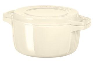 Кастрюля чугунная, кремовая, 5.7 л, KCPI60CRAC, KitchenAidЧугунная посуда<br>Чугунная кастрюля KitchenAid имеет достаточный объём – 5,7 литра, чтобы приготовить густой домашний суп или сытное второе блюдо для всей семьи. Эмалированный чугун, из которого изготовлена посуда, устойчив к механическим повреждениям, не впитывает вкусы и запахи пищи, абсолютно гигиеничен.&#13;<br>Особенности:&#13;<br>&#13;<br>Крышка двойного назначения: имеет рифлёную поверхность и может использоваться в качестве грилz&#13;<br>Кастрюля подходит для хранения блюд в морозильной камере и холодильнике, разрешается использование в микроволновой печи и разогрев в духовом шкафу&#13;<br>Подходит для использования на всех видах плит, в том числе индукционных&#13;<br>Разрешено мытьё в посудомоечной машине&#13;<br>&#13;<br><br>
