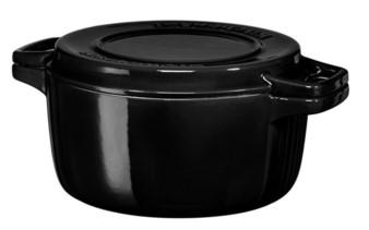 Кастрюля чугунная, черная, 3.8 л, KCPI40CROB, KitchenAidЧугунная посуда<br>Чугунная кастрюля KitchenAid среднего объёма идеально подходит для приготовления блюд, которые требуют медленной готовки на небольшом огне. Мясо в такой кастрюле будет сочным и ароматным. &amp;nbsp;Кастрюля подходит для запекания блюд в духовке, готовьте запеканки, пироги, хлеб и многое другое. Кроме того, приготовленное блюдо можно подать прямо на стол &amp;ndash; эффектный внешний вид кастрюли вполне это позволяет!&#13;<br>Особенности:&#13;<br>&#13;<br>Внутреннее эмалированное покрытие устойчиво к механическим повреждениям, не впитывает запахи и вкусы&#13;<br>Крышка имеет рифлёную поверхность и может использоваться в качестве гриля&#13;<br>Подходит для хранения блюд в холодильнике и морозильной камере&#13;<br>Подходит для использования на всех варочных поверхностях, в том числе индукционных&#13;<br>Можно разогревать до 260&amp;deg;С, используя кастрюлю в духовом шкафу&#13;<br>Допускается мытье в посудомоечной машине&#13;<br><br>
