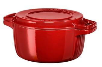 Кастрюля чугунная, красная, 5.7 л, KCPI60CRER, KitchenAidЧугунная посуда<br>Чугунная кастрюля KitchenAid имеет достаточный объём – 5,7 литра, чтобы приготовить густой домашний суп или сытное второе блюдо для всей семьи. Эмалированный чугун, из которого изготовлена посуда, устойчив к механическим повреждениям, не впитывает вкусы и запахи пищи, абсолютно гигиеничен.&#13;<br>Особенности:&#13;<br>&#13;<br>Крышка двойного назначения: имеет рифлёную поверхность и может использоваться в качестве грилz&#13;<br>Кастрюля подходит для хранения блюд в морозильной камере и холодильнике, разрешается использование в микроволновой печи и разогрев в духовом шкафу&#13;<br>Подходит для использования на всех видах плит, в том числе индукционных&#13;<br>Разрешено мытьё в посудомоечной машине&#13;<br>&#13;<br><br>