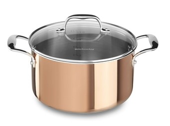 Кастрюля с крышкой, 5.68 л, медь, KC2P60LCCP, KitchenAid3-слойная медная посуда<br>Универсальная медная кастрюля с крышкой пригодится для приготовления разнообразных блюд. В ней вы сварите вкусный домашний суп, приготовите варенье или джем на зиму. Объёма кастрюли достаточно, чтобы приготовить обед или ужин на 6-8 человек.&#13;<br>Изготовлена с помощью технологии Tri-Ply, дно и стенки состоят из 3-х слоёв металла: меди, алюминия и нержавеющей стали. Кастрюля равномерно прогревается, пища не подгорает.&#13;<br>&#13;<br>Для всех видов плит&#13;<br>Для использования в духовом шкафу&#13;<br>Клёпаные рукоятки&#13;<br>&#13;<br><br>