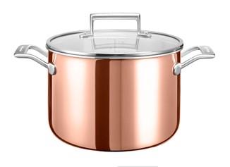 Кастрюля с крышкой, 7.57 л, медь, KC2P80SCCP, KitchenAid3-х слойная медная посуда<br>Большая медная кастрюля с крышкой станет вашей незаменимой помощницей. Её большого объёма достаточно для варки или даже запекания целой курицы, початков кукурузы, цельной свёклы или моркови. Кроме того, если вы счастливый обладатель большой семьи &amp;ndash; эта кастрюля для вас.&amp;nbsp;&#13;<br>Технология 3-Ply, с помощью которой изготовлена кастрюля, обеспечивает высокую теплопроводность, равномерный нагрев и гарантию того, что ваша пища не пригорит ни в коем случае.&#13;<br>&amp;bull;Для всех видов плит&#13;<br>&amp;bull;Для использования в духовом шкафу&#13;<br>&amp;bull;Клёпаные рукоятки&#13;<br>&amp;nbsp;<br>
