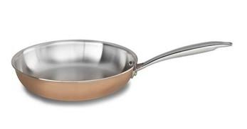 Сковорода 25.4 см, медь, KC2P10SKCP, KitchenAid3-слойная медная посуда<br>Функциональная медная сковорода идеально подойдет для приготовления омлета, яичницы-глазуньи, французских тостов или оладий на завтрак. С её помощью вы сможете поджарить мясные или рыбные стейки, овощи, приготовить соус. Сковороду можно использовать для запекания блюд в духовке, КитченЭйд разрешает нагревание до 260°С.&#13;<br>Сковорода изготовлена из трёх слоёв металла, по так называемой технологии 3-Ply. Благодаря конструкции-сэндвичу, дно и стенки сковороды прогреваются равномерно, обеспечивая бережную готовку и позволяя избежать пригорания пищи.&#13;<br>•Для всех видов плит&#13;<br>•Для использования в духовом шкафу&#13;<br>•Клёпаные рукоятки&#13;<br><br>