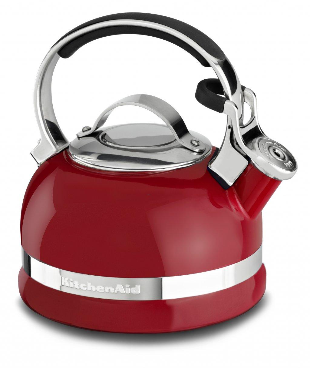 Чайник наплитный классический со свистком 1,89 л, красный, KTEN20SBER, KitchenAidЧайники<br>Наплитный чайник – это классика, которая никогда не выйдет из моды. Возможно, электрический чайник вскипятит воду быстрее, но он никогда не вызовет у вас это чувство доброй ностальгии по беззаботному детству. Не напомнит о бабулиных блинчиках с клубничным вареньем, о разговорах с родителями воскресным утром за неспешным чаепитием. Наплитному чайнику всегда найдётся место на вашей кухне!&#13;<br>Для ценителей этой тёплой традиции – чаепития из настоящего чайника, компания KitchenAid приготовила новинку – эффектный наплитный чайник со свистком!&#13;<br>&#13;<br>С помощью наплитного чайника KitchenAid вы сможете вскипятить воду для любимого чая, для утренней каши, приготовить кофе во френч-прессе или методом пуровер.&#13;<br>Сверкающая цветная эмаль, которой покрыт чайник, устойчива к механическим повреждениям, не царапается и не тускнеет.&#13;<br>Крышка чайника легко снимается, благодаря чему его удобно наполнять и мыть.&#13;<br>Фирменная расцветка KitchenAid сделает ваш новый чайник не просто бытовым прибором, а настоящим украшением кухни!&#13;<br>Благодаря громкому свистку, чайник может стать удачным подарком для человека в возрасте: закипание воды не останется незамеченным и чайник будет вовремя снят с плиты.&#13;<br>Прочная ручка из нержавеющей стали покрыта нескользящими и ненагревающимися накладками, которые обеспечивают надёжный и безопасный захват чайника.&#13;<br>С помощью специального рычажка крышка носика приподнимается для удобного наливания воды – без разбрызгивания.&#13;<br>Чайник подходит для использования на индукционных плитах.&#13;<br><br>