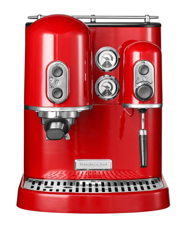 Кофеварка Artisan Espresso, 2 бойлера, красная, 5KES2102EER, KitchenAidРожковые эспрессо кофемашины<br>Вне зависимости от того, какой именно кофе вы предпочитаете – бодрящий глоток ристретто, ароматный эспрессо или капучино с плотной густой молочной пенкой – кофемашина KitchenAid Artisan Espresso Maker – это именно то, что вам нужно.&#13;<br>Вы самостоятельно выбираете любимый бленд, смалываете зёрна в кофемолке, собственноручно готовите напиток, иными словами – вы действительно заинтересованы в том, чтобы порадовать себя лучшим кофе! Кофеварка KitchenAid Artisan Espresso разработана для того, чтобы вы смогли поднять своё мастерство на ещё более высокий уровень и «выжать» максимум вкуса из кофейных зёрен.&#13;<br>Особенности:&#13;<br>&#13;<br>Два независимых бойлера&#13;<br>&#13;<br>Два независимых бойлера с функцией автоматического отключения обеспечивают постоянную работу без задержек между приготовлением кофе и взбиванием молока&#13;<br>&#13;<br>Эспрессо бойлер&#13;<br>&#13;<br>Поддерживает постоянную оптимальную температуру для приготовления настоящего эспрессо с плотной, высокой пенкой «крем?»&#13;<br>&#13;<br>Паровой бойлер&#13;<br>&#13;<br>Без всяких задержек гарантирует получение достаточного количества пара для взбивания густой сливочной пены для вашего любимого капучино.&#13;<br>&#13;<br>Профессиональный держатель фильтра&#13;<br>&#13;<br>Для двух взаимозаменяемых корзин из нержавеющей стали разного объёма. Допускается использование как молотого кофе, так и кофе в бумажных фильтрах.&#13;<br>&#13;<br>Удобные индикаторы&#13;<br>&#13;<br>Кофеварка оборудована большими температурными датчиками. Вы сможете без затруднения оценить готовность бойлеров для приготовления кофе и взбивания молока.&#13;<br>&#13;<br>Подогреватель чашек&#13;<br>&#13;<br>Почувствуйте себя дома как в лучшем ресторане! Кофеварка KitchenAid Artisan Espresso Maker оснащена подогревателем для 6 чашек эспрессо.&#13;<br>&#13;<br>Прочная металлическая конструкция&#13;<br>&#13;<br>Устойчивый лито
