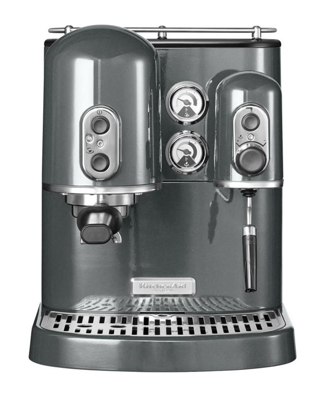 Кофеварка Artisan Espresso, 2 бойлера, серебряный медальон, 5KES2102EMS, KitchenAidРожковые эспрессо кофемашины<br>Кофемашина KitchenAid Artisan 5KES100E.&#13;<br>Для многих любителей кофе утренняя чашка бодрящего, ароматного напитка не просто дань привычке, но и неотъемлемая часть начала нового хорошего дня. Многие люди, отдающие предпочтение натуральному кофе, доверяют приготовление любимого напитка домашним кофемашинам. Для настоящего гурмана очень важно, что бы качество кофе домашнего приготовления не отличалось от напитка, приготовленного в кофейне, профессиональной кофемашиной.&#13;<br>Известный производитель бытовой техники KitchenAid (США) создал бытовую полуавтоматическую эспрессо-машину Artisan 5KES100E, которая дает возможность наслаждаться напитком самого высокого качества.&#13;<br>Преимущества:&#13;<br>&#13;<br>Кофемашина KitchenAid Artisan – это кофе профессионального уровня: эспрессо, американо, капучино, латте, — у вас дома. Ее варочный блок имеет размеры как у промышленного аппарата;&#13;<br>Рабочее давление в системе – 15 бар, что соответствует параметрам профессиональной техники;&#13;<br>Эспрессо-машина KitchenAid может работать как со свежемолотым кофе, так и с кофе в «таблетках» - чалдах, упакованных в индивидуальные бумажные пакетики.&#13;<br>Конструкция включает в себя два отдельных бойлера – для нагрева воды и для генерирования пара: одновременно варите кофе и взбивайте молочную пенку;&#13;<br>Для разогрева воды до рабочей температуры достаточно шести минут;&#13;<br>Верхняя подогреваемая часть машины может служить для предварительного подогрева чашек;&#13;<br>Кофемашина оснащена угольным фильтром для очистки воды, что гарантирует высокие вкусовые качества продукта;&#13;<br>Отдельные термометры для каждого бойлера и индикатор уровня воды помогут держать под контролем весть процесс приготовления кофе.&#13;<br>&#13;<br>Комплектация:&#13;<br>&#13;<br>ложка - дозатор молотого кофе;&#13;<br>две корзинки для фильтра - для одновременного заваривания 