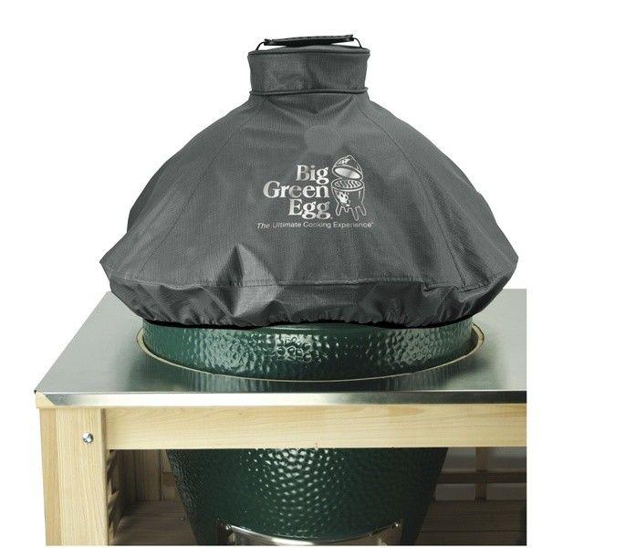Чехол вентилируемый на купол для XL, черный, Big Green EggЧехлы для грилей<br>Используя гриль BGE на улице, нужно позаботиться о его защите. С помощью специального вентилируемого чехла, на 100% устойчивого к любым погодным условиям, вы сохраните ваш Big Green Egg таким же новеньким и блестящим, как и в день покупки.&#13;<br>&#13;<br>Изготовлен из прочной ткани с логотипом Big Green Egg&#13;<br>Легко снимать и надевать с помощью удобных ручек&#13;<br>Застегивается на липучку для дополнительной защиты&#13;<br>Хорошо вентилируется для предотвращения накопления влаги под чехлом&#13;<br>Можно стирать вручную либо в стиральной машине в холодной воде, используя режим для деликатной стирки.&#13;<br><br>