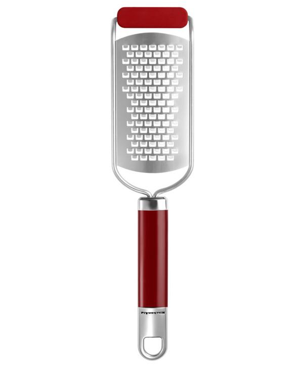 Терка средняя, красная, нержавеющая сталь, KGEM3113ER, KitchenaidКухонные инструменты<br>&#13;<br>Функциональныеи прочные, кухонные аксессуары от KitchenAid станут для вас верными помощниками. Торговая марка KitchenAid предлагает вам большой выбор кухонных аксессуаров, в числе которых - разнообразные лопатки, овощечистки, венчики, консервные ножи и т.п. Великолепный комплект, состоящий из ультрасовременных профессиональных гаджетов, будет прекрасным дополнительным аккордом для планетарного миксера Китченэйд.&#13;<br>Каждый стальной/силиконовый аксессуар разработан для неутомимых энтузиастов кулинарии и творчества, стремящихся достичь в своем деле идеального результата. Оригинальный дизайн утвари и приспособлений полностью отвечает стилистике всей линейки бытовой техники от KitchenAid. Практичные аксессуары изготавливают из нержавеющей стали и покрывают их жаростойким силиконом, выдерживающим температуру до +260° С. Аксессуары из силикона – наилучшее решение для кухни, ведь они подходят для посуды любого вида, в том числе – для антипригарной.<br>