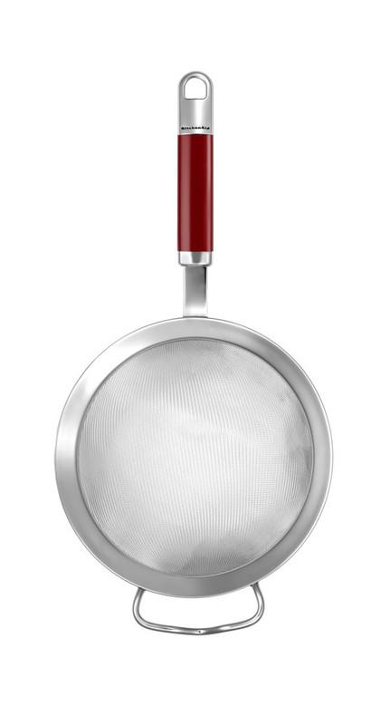 Сито, нержавеющая сталь, KGEM3116ER, KitchenaidКухонные инструменты<br>&#13;<br>Функциональныеи прочные, кухонные аксессуары от KitchenAid станут для вас верными помощниками. Торговая марка KitchenAid предлагает вам большой выбор кухонных аксессуаров, в числе которых - разнообразные лопатки, овощечистки, венчики, консервные ножи и т.п. Великолепный комплект, состоящий из ультрасовременных профессиональных гаджетов, будет прекрасным дополнительным аккордом для планетарного миксера Китченэйд.&#13;<br>Каждый стальной/силиконовый аксессуар разработан для неутомимых энтузиастов кулинарии и творчества, стремящихся достичь в своем деле идеального результата. Оригинальный дизайн утвари и приспособлений полностью отвечает стилистике всей линейки бытовой техники от KitchenAid. Практичные аксессуары изготавливают из нержавеющей стали и покрывают их жаростойким силиконом, выдерживающим температуру до +260° С. Аксессуары из силикона – наилучшее решение для кухни, ведь они подходят для посуды любого вида, в том числе – для антипригарной.<br>