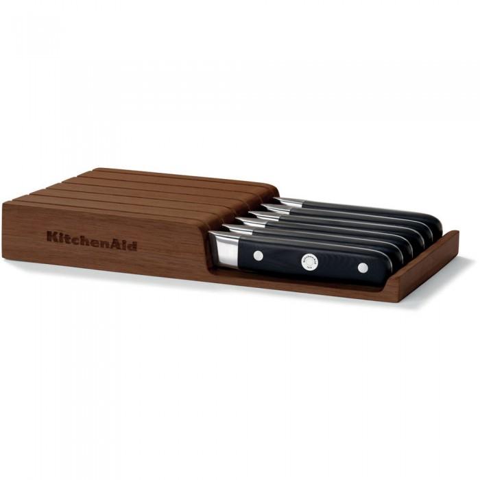 Набор ножей для стейков, 6 шт., подставка из акации, KKFTR06SKWM, KitchenAidНожи и наборы ножей<br>Набор из 6 ножей для стейков включает подставку для горизонтального хранения из акации. Деревянная подставка выглядит стильно и солидно, а также оберегает ножи от повреждений и позволяет надолго сохранить остроту заточки.&#13;<br>Особенности:&#13;<br>Рукоятка с тремя креплениями&#13;<br>Ручки ножей KitchenAid изготовлены из спрессованного под высоким давлением непористого композитного материала, что делает их невероятно прочными. Эргономичная форма рукоятки и тщательно выверенный баланс лезвия обеспечивают полный контроль над инструментом и удобный захват. Завершающий этап обработки рукоятки производится вручную. Именно поэтому ножи KitchenAid выглядят также восхитительно, как и работают.&#13;<br>Лезвие, закаленное экстремальным холодом&#13;<br>Лезвие каждого ножа проходит этап закаливания ультранизкими температурами. При этом молекулярная структура металла изменяется, лезвие становится более прочным, гибким и функциональным. Такая сталь лучше сохраняет заточку, то есть ваш нож будет острым как бритва еще дольше. Благодаря высокой гибкости металла, ножи KitchenAid реже ломаются. &#13;<br>Крепления из ювелирной стали&#13;<br>Отполированные до зеркального блеска стальные заклепки, украшающие рукоятки ножей, обеспечивают прочное крепление и полное отсутствие зазоров. Центральная заклепка немного больше остальных, для более прочного крепления. На её поверхность нанесен фирменный логотип KitchenAid, подтверждающий аутентичное качество изделия. Одно из замечательных преимуществ ювелирной стали состоит в том, что полированная поверхность креплений всегда остается сверкающей. По этой причине ваши ножи на долгие годы сохранят свой потрясающий внешний вид. &#13;<br>Нержавеющая сталь&#13;<br>Ножи изготовлены из высококачественной немецкой нержавеющей стали марки 1.4116. Этот сплав устойчив к коррозии и появлению пятен.&#13;<br>Подходит для посудомоечной машины&#13;<br>Ножи Kitche